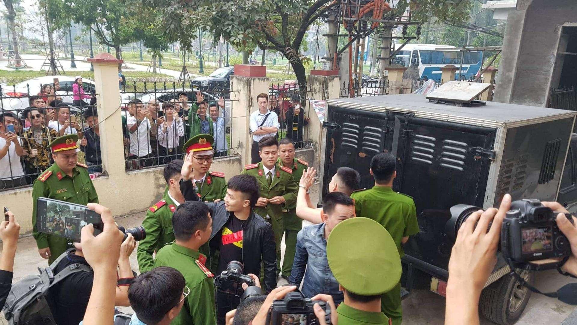 Khá Bảnh chào người dân bên ngoài tòa án