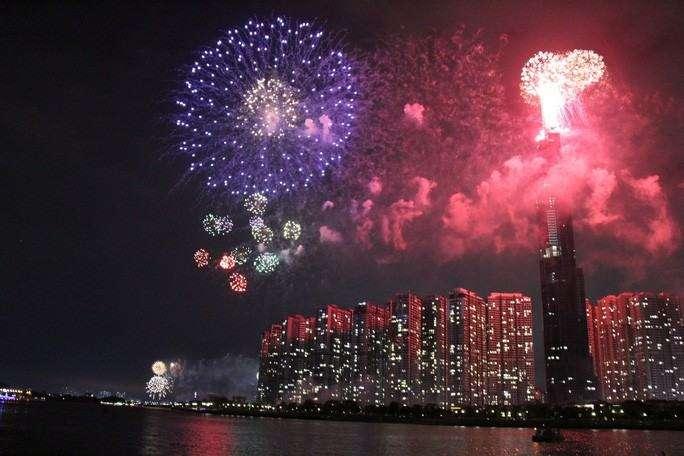 Trong đêm giao giữa năm cũ với năm mới, pháo hoa sẽ tỏa sáng trên bầu trời TP HCM