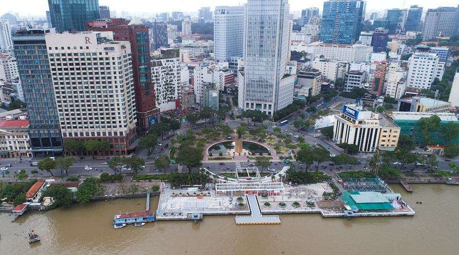 Nằm dọc trục đường Tôn Đức Thắng, bến Bạch Đằng bao gồm khu vực bến cảng và công viên dài 1.325 m chạy dọc ven sông Sài Gòn. Ở đây có các nhà hàng, quán cà phê với view ngoài trời thoáng mát, được xem là một trong những vị trí đắc địa để bạn có thể ngắm pháo hoa năm mới tại TP.HCM.