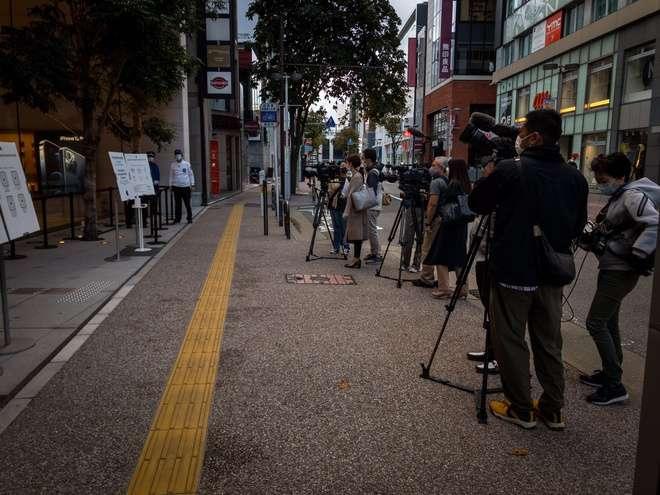 Báo giới đứng trước Apple Store Fukuoka, Nhật còn đông hơn cả người xếp hàng mua iPhone. Ảnh: Aki_pic