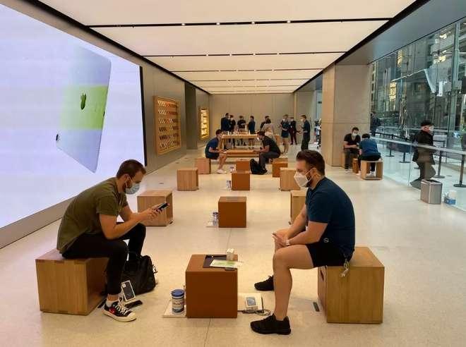 Bên trong Apple Store Sydney, mọi người được yêu cầu giữ khoảng cách an toàn. Ảnh: Daniel Van Boom.