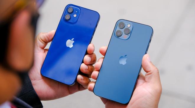 Sạc ngược không dây trên iPhone 12 có thể được bật khi AirPods mới ra mắt. Ảnh: Engadget.