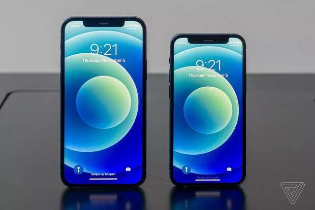iPhone 12 (bên trái) sánh vai cùng iPhone 12 Mini (bên phải)